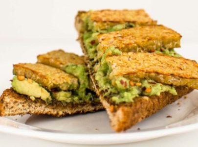 Avokado-tempeh-tost