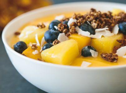 Smuti sa mangom i začinskom granolom